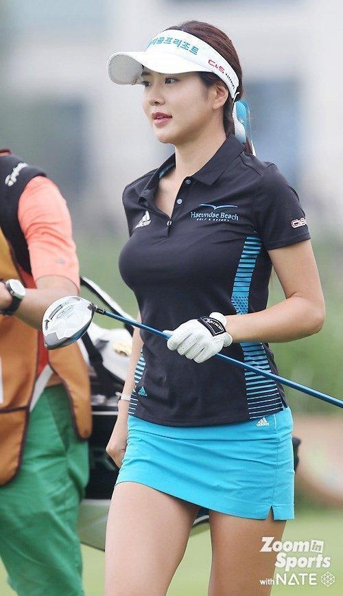 ポロシャツに超ミニタイトスカートでゴルフをするアン・シネの着衣巨乳