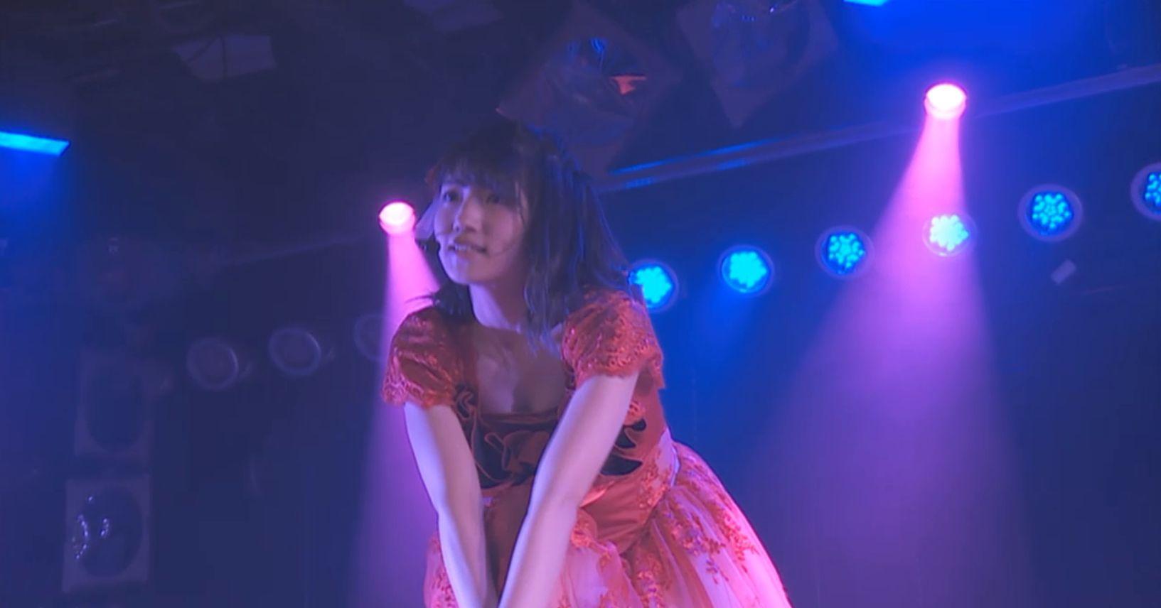 ステージ衣装で胸を寄せておっぱい谷間を見せてるAKB48メンバー