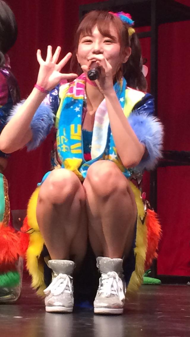 ミニスカートでしゃがんでパンチラしているAKB48メンバー