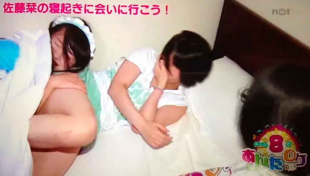 寝起きドッキリをされた佐藤栞のショートパンツ太もも