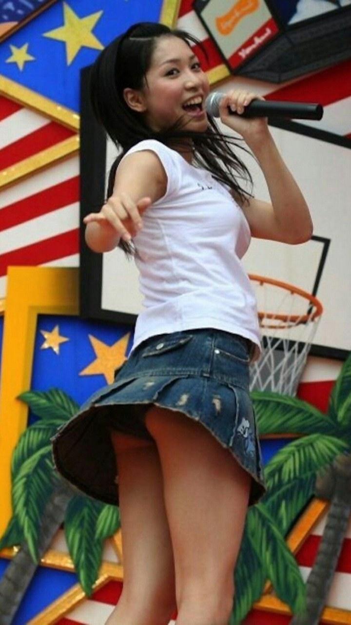 ミニスカート衣装でパンチラしているAKB48メンバー