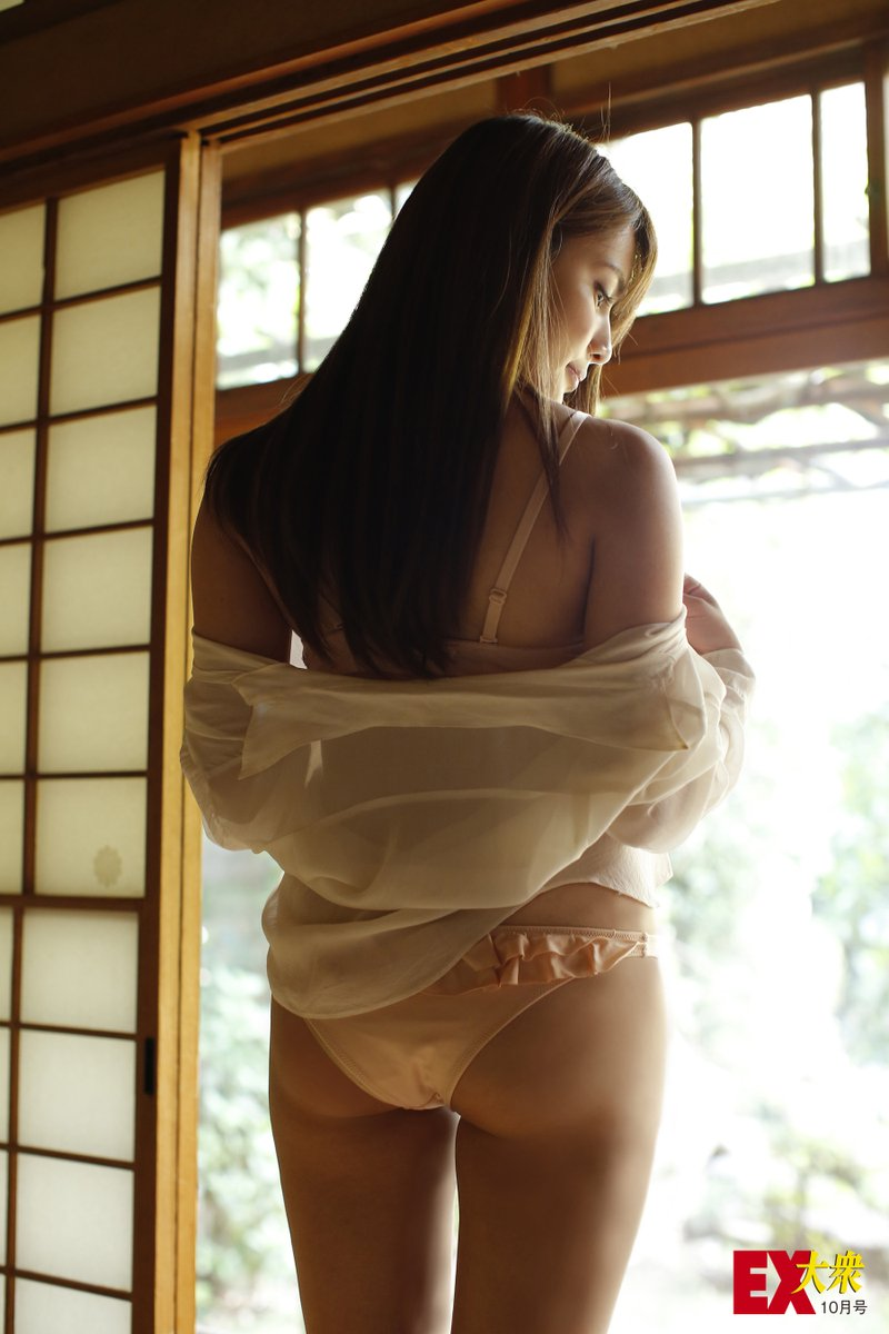 入山杏奈の水着お尻グラビア
