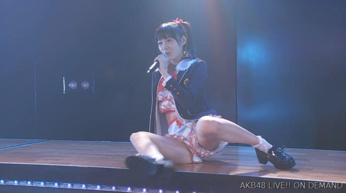 ステージでショートパンツを履いて開脚しているAKB48メンバー