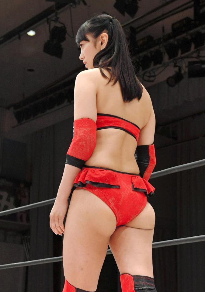 女子プロレス団体・スターダムの興行でリングデビューを果たした脊山麻理子のはみケツ