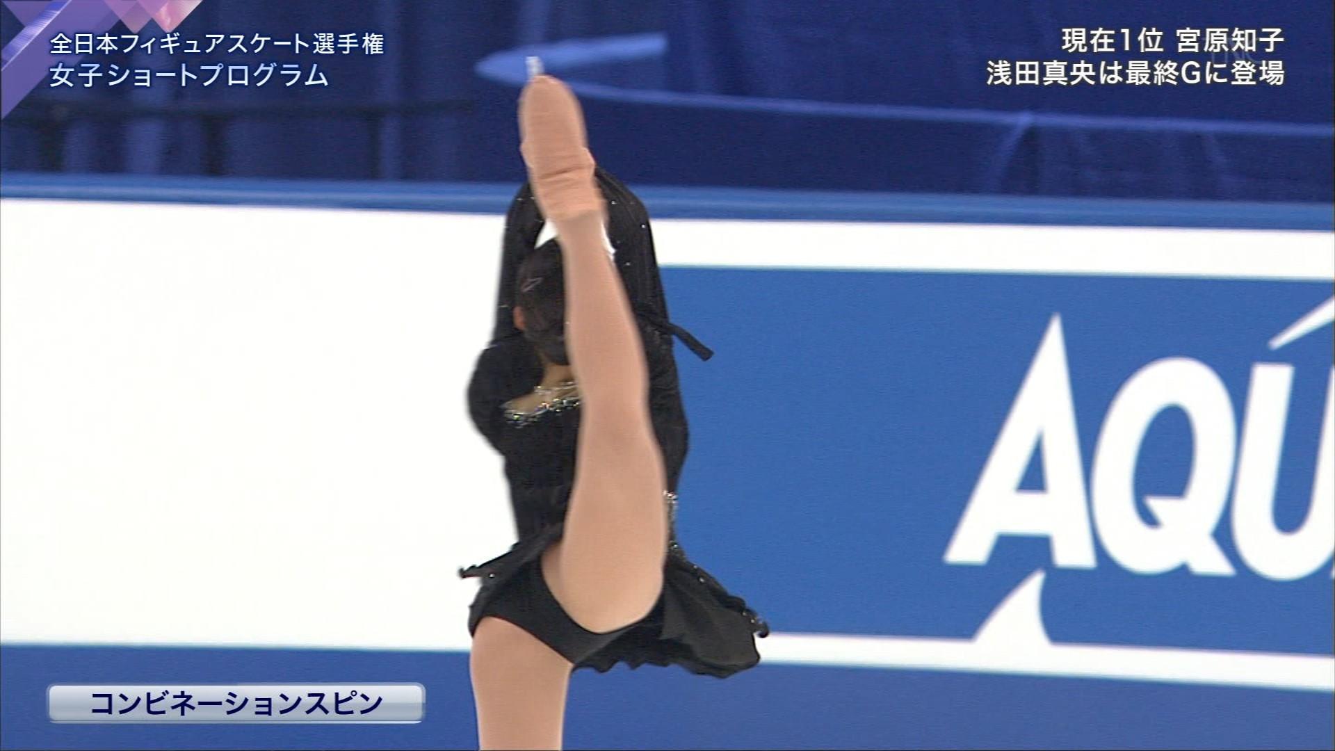 全日本フィギュアスケート選手権で滑る村上佳菜子の股間