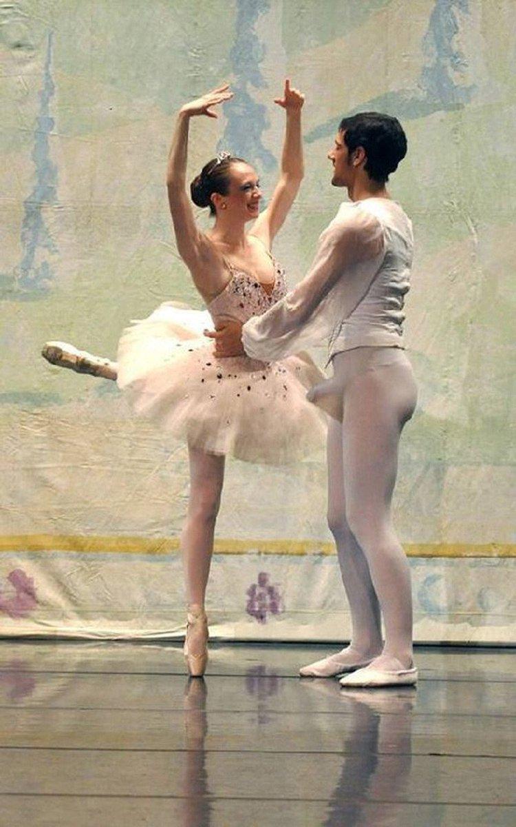 美人バレリーナを前に勃起してタイツが破れそうになってるバレエダンサー