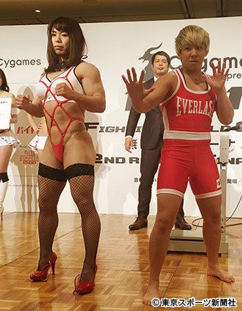 SM女王をイメージした赤いひもビキニ、黒の網タイツ、赤いハイヒールでRIZIN前日計量に登場した中井りんと対戦相手の村田夏南子