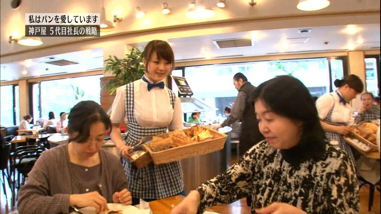 テレ東「カンブリア宮殿」で紹介された神戸屋でおっぱいが強調される制服を着て働く女の子