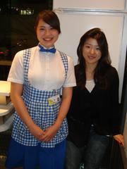 おっぱいが強調されるエッチな神戸屋の制服を着た女の子