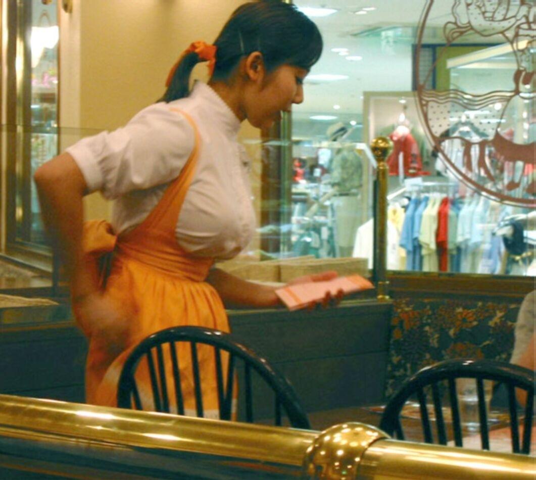 おっぱいが強調されるエッチなアンナミラーズの制服を着た女の子