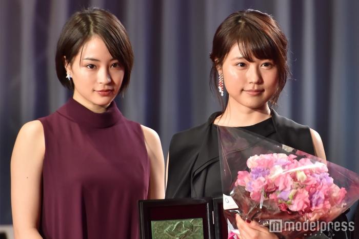 「第29回日刊スポーツ映画大賞・石原裕次郎賞」表彰式に出席した広瀬すずと有村架純
