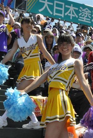 球場で応援するチアリーディング部の女の子