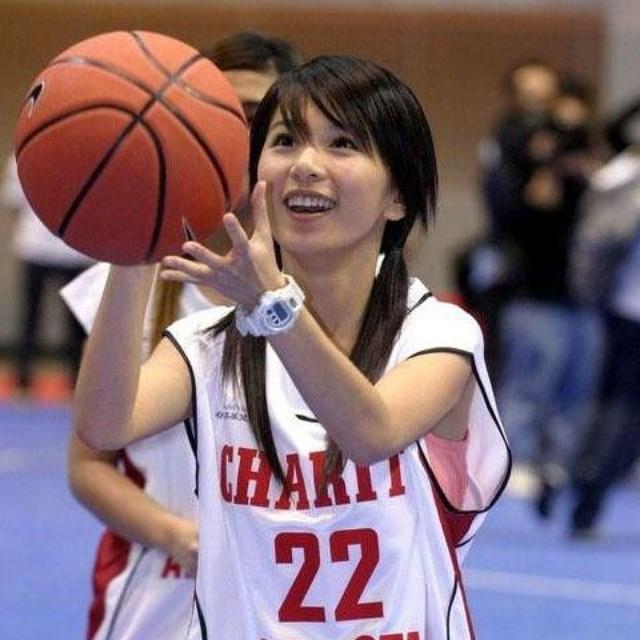 バスケットボールのユニフォームを着た女の子