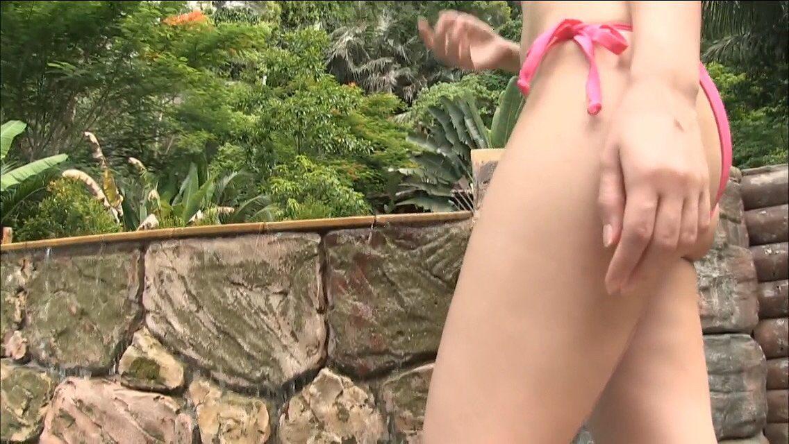 飯田里穂のイメージビデオキャプチャ画像(ビキニの水着を着た飯田里穂)
