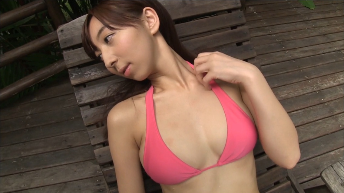 飯田里穂のイメージビデオ「I-ONE NEXT」キャプチャ画像(ビキニの水着を着た飯田里穂)