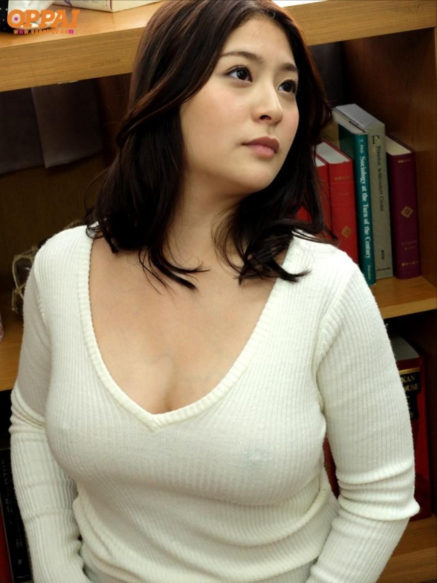 ノーブラで白いニットを着て乳首が透けてる女