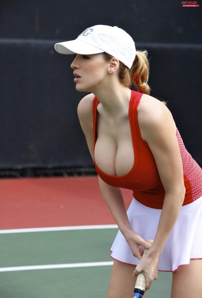 タンクトップのテニスウェアを着ておっぱい谷間が丸出しになってる爆乳の女