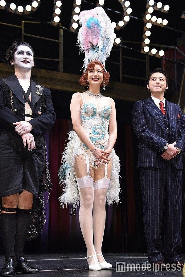 おっぱい強調、ガーターベルトの衣装でミュージカル『キャバレー』の会見に出席した長澤まさみ