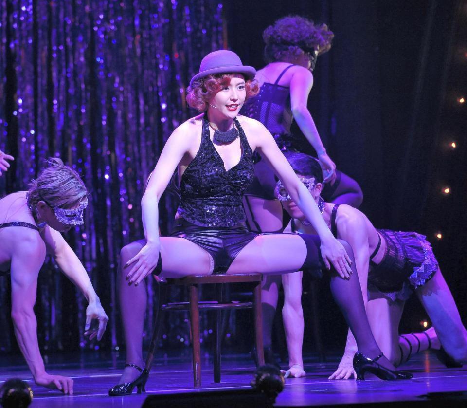 ミュージカル「キャバレー」で大胆衣装を着てがっつり開脚している長澤まさみ