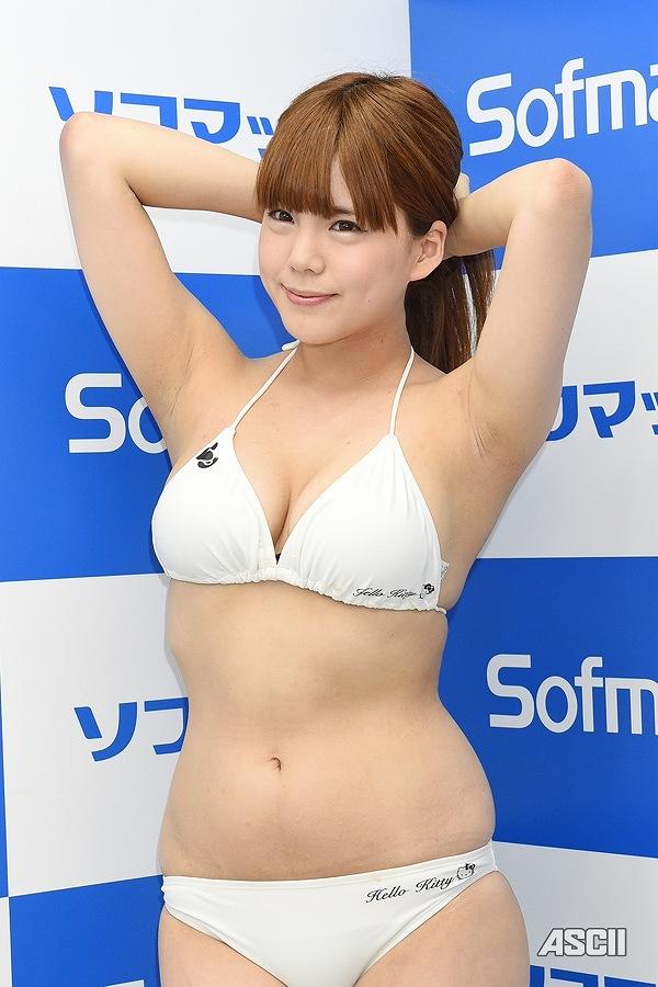 DVD「恋するみいちゅん」の発売記念イベントでソフマップに登場した中原未來(日野未来)