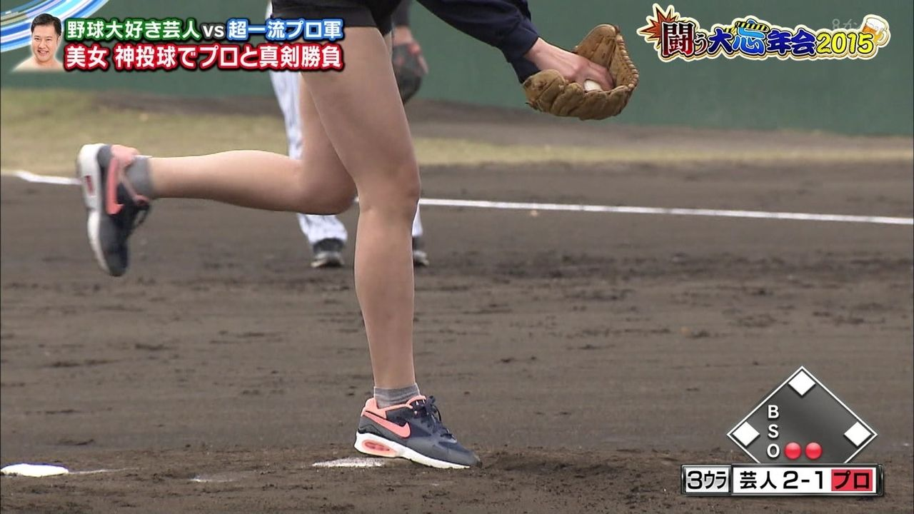 「闘う大忘年会2015」ショートパンツのユニフォームを着てピッチングする稲村亜美