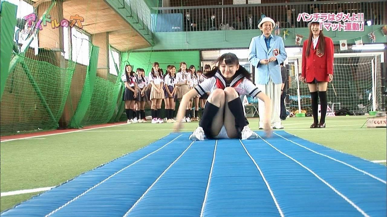 日テレ「アイドルの穴2011」でセーラー服を着てパンチラしている井上小百合
