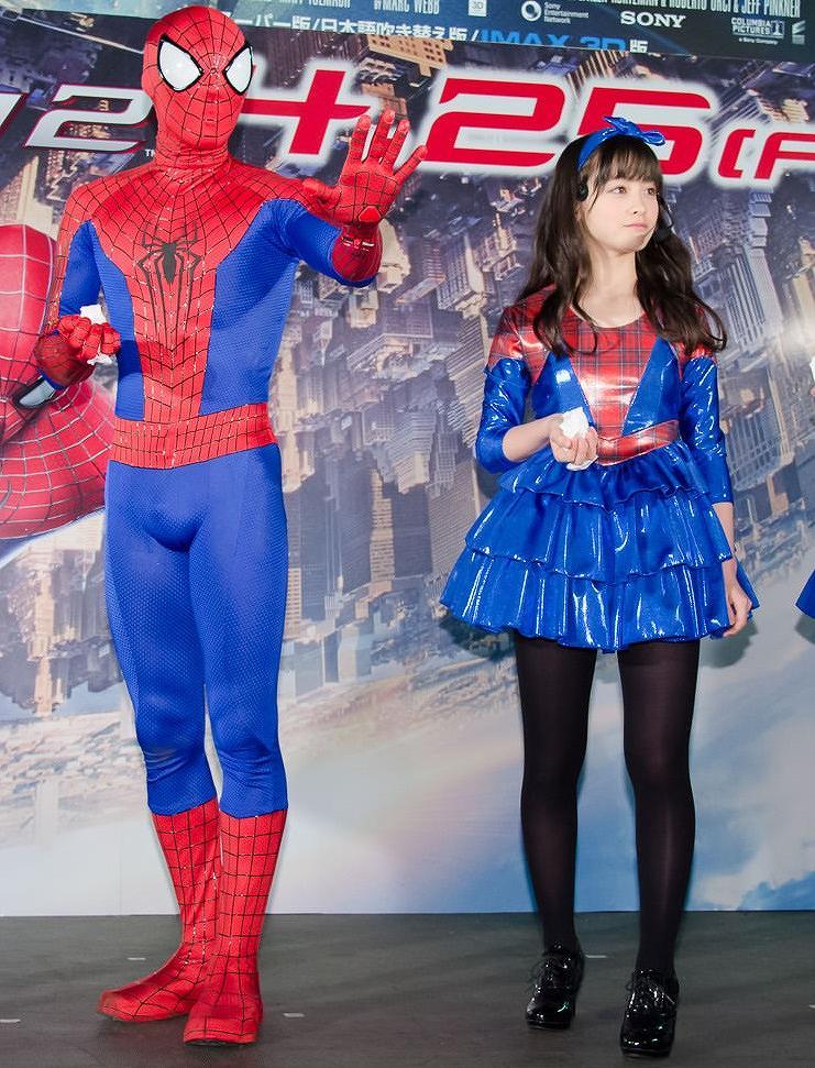 ミニスカートを履いた橋本環奈とその隣で勃起しているスパイダーマン