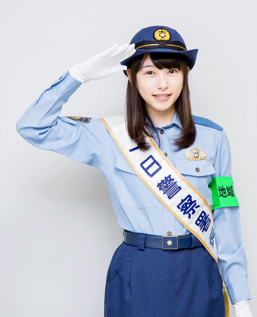 一日警察署長で婦警の制服を着た桜井日奈子