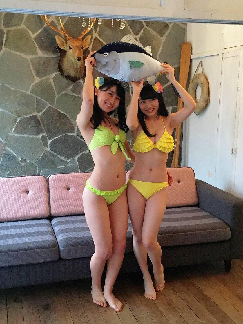 「B.L.T.」小嶋真子と向井地美音の水着グラビア撮影オフショット