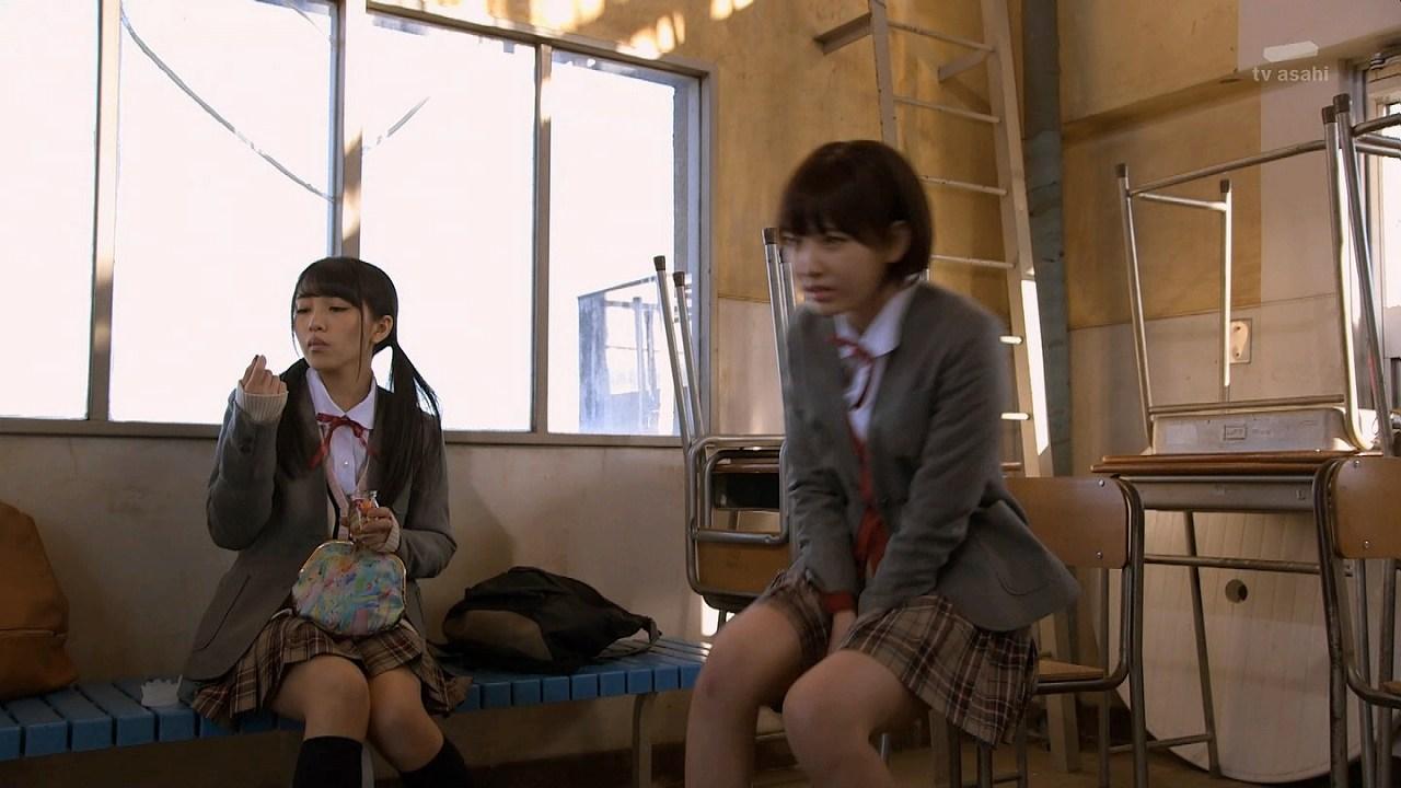 ドラマ「豆腐プロレス」で制服を着た向井地美音と宮脇咲良