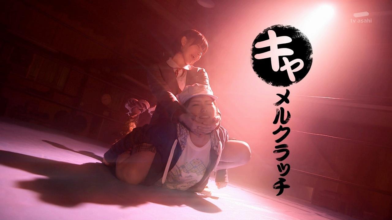 ドラマ「豆腐プロレス」でキャラメルクラッチをかける宮脇咲良