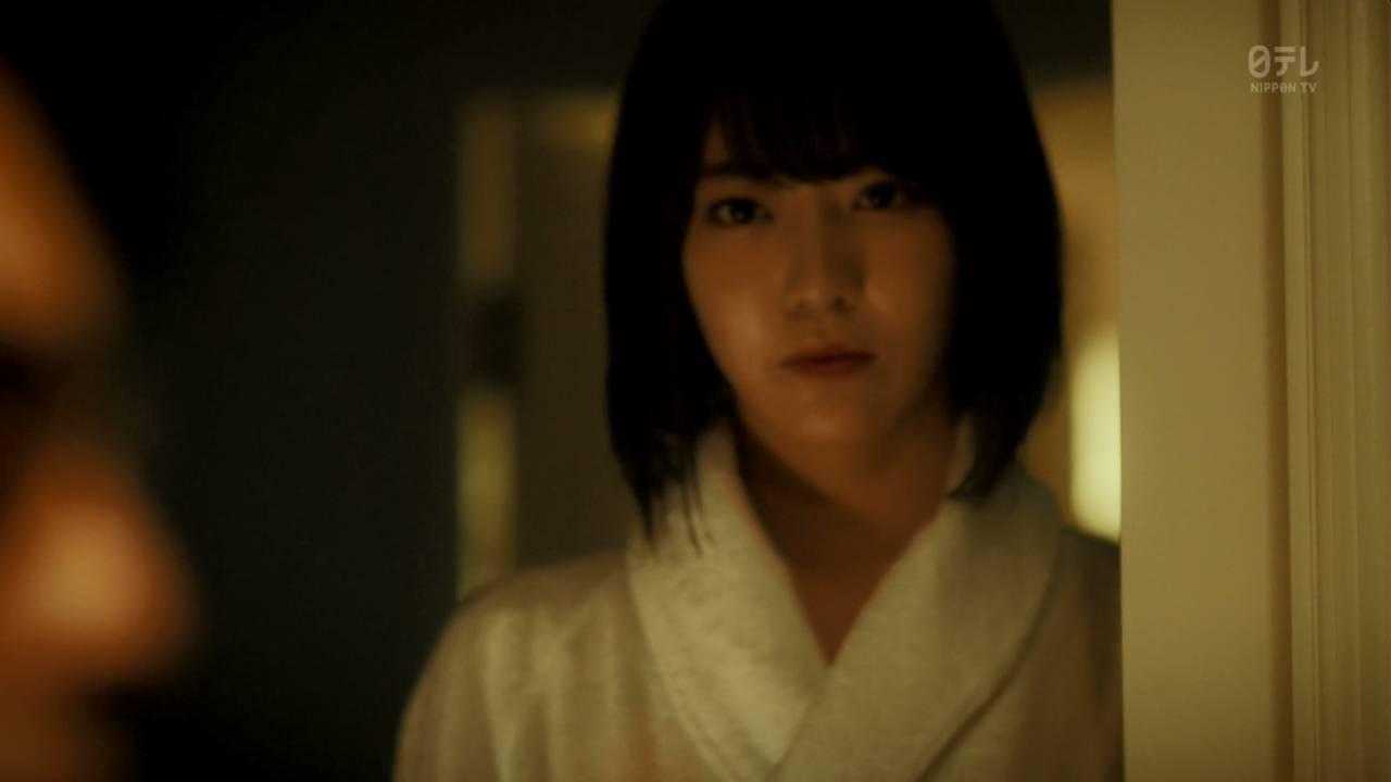 ドラマ「キャバすか学園」でバスローブを着た宮脇咲良