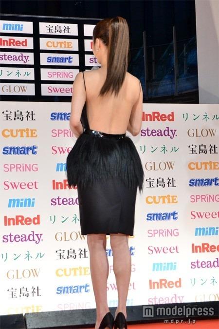 『宝島社 日本ファッションリーダーアワード 2012』授賞式で背中が丸出しのドレスを着た上戸彩