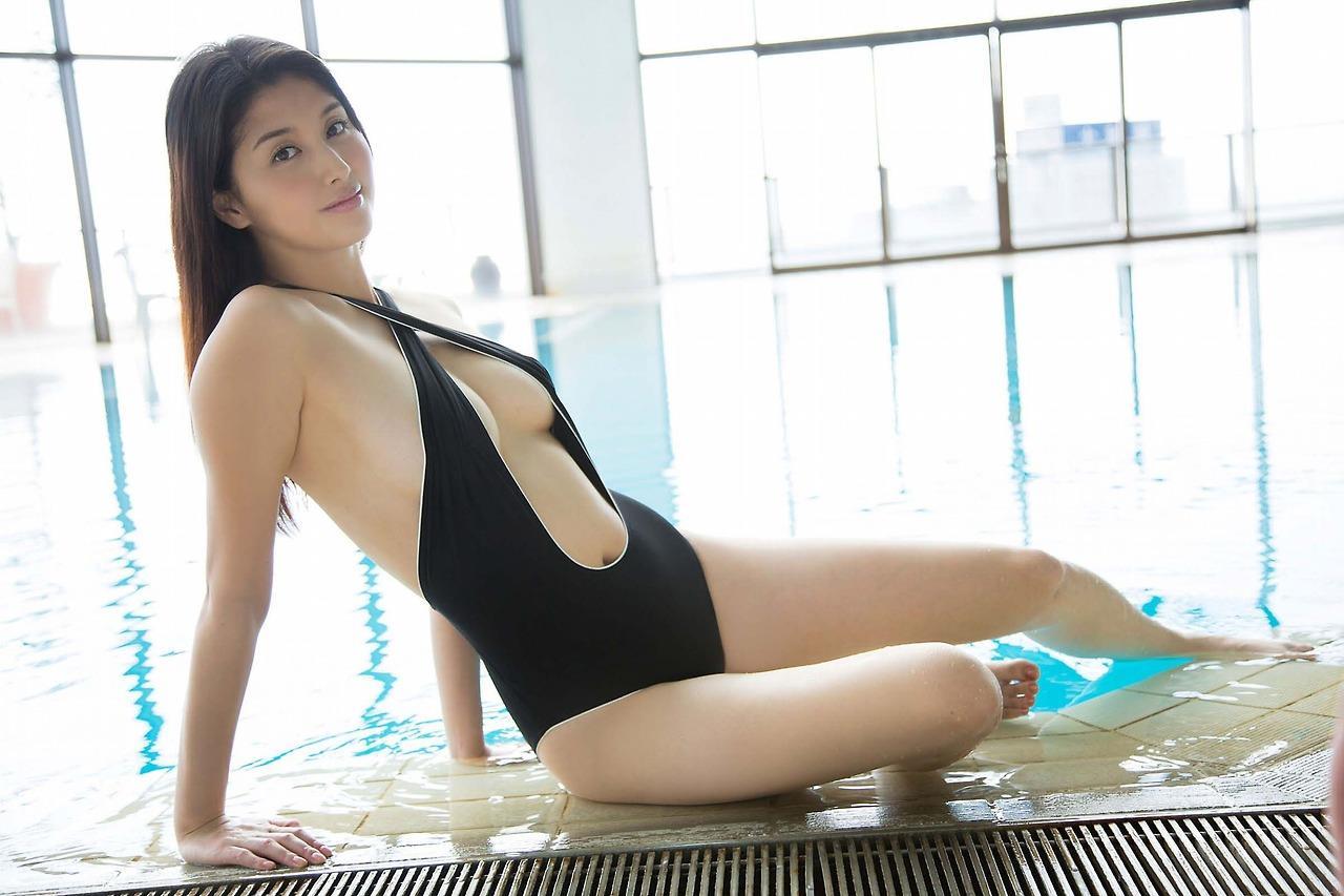橋本マナミの競泳水着グラビア