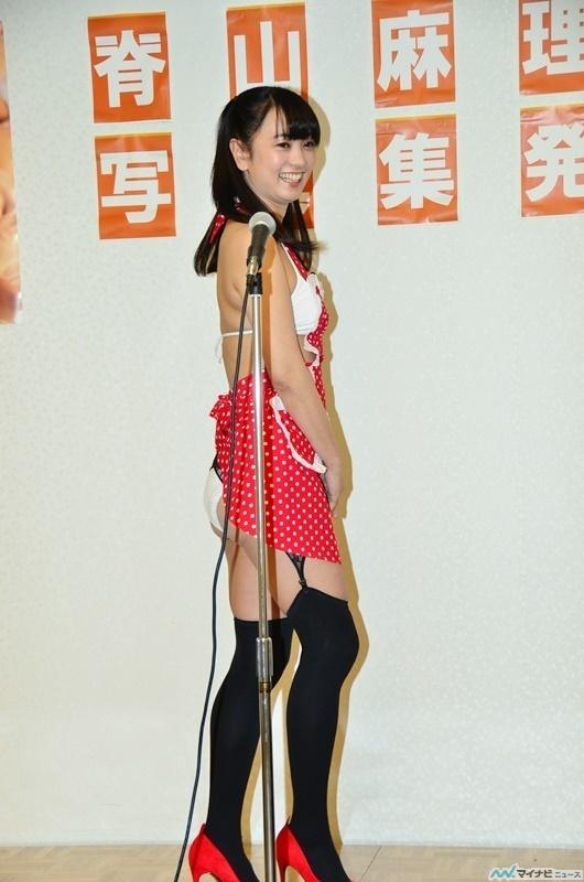 3冊目の写真集『miao』発売記念イベントに水着エプロンで登場した脊山麻理子