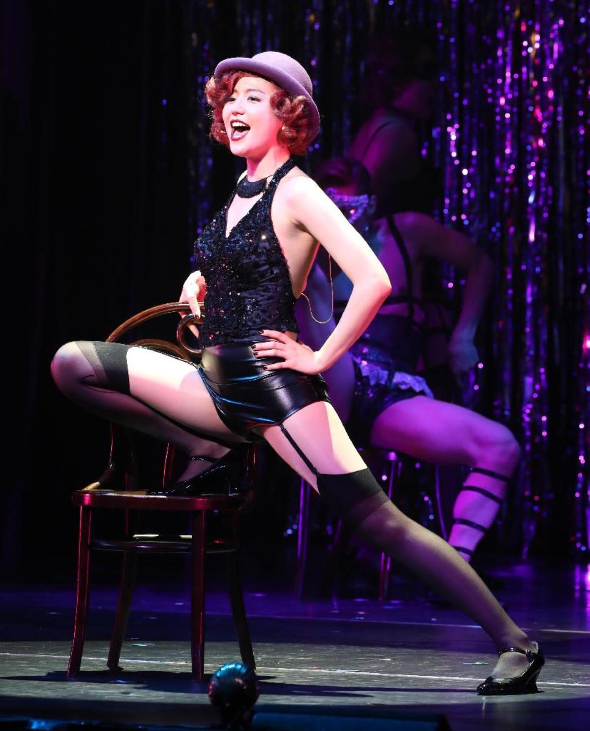 ミュージカル「キャバレー」で大胆衣装を着て開脚している長澤まさみ