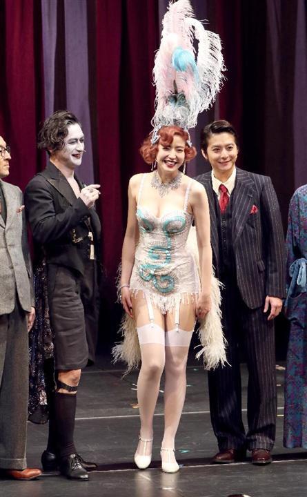 ミュージカル「キャバレー」で大胆衣装を着た長澤まさみ