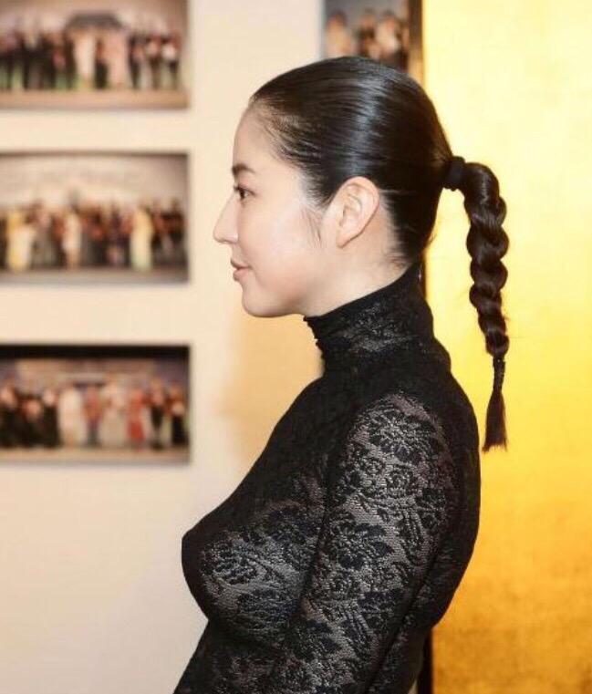 セクシーなレースのドレスを着た長澤まさみの着衣巨乳(ロケットおっぱい)