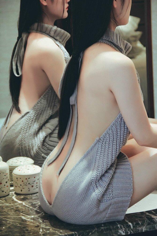 肩・背中・腰まで丸出しな「童貞を殺すセーター」を着た女