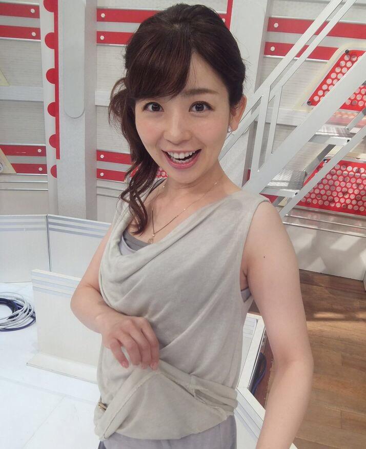 ノースリーブの衣装を着た松尾由美子アナ