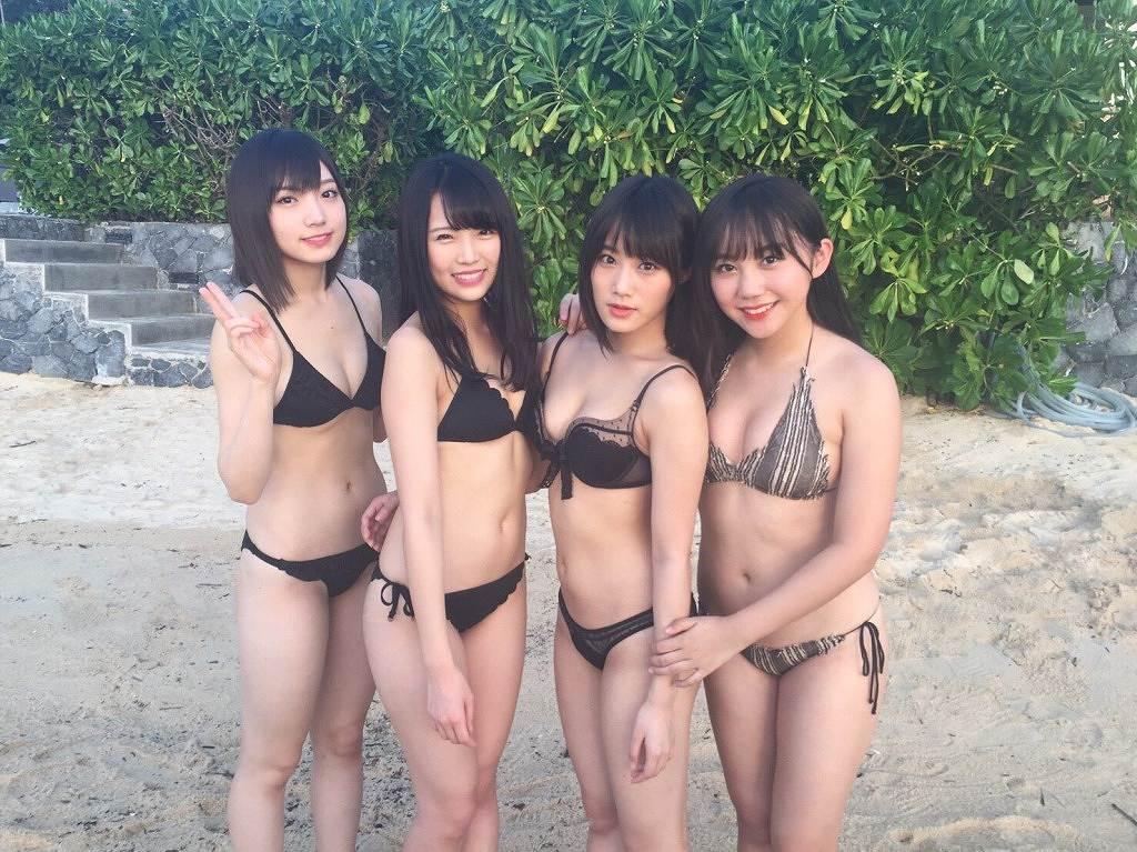 ビキニの水着を着た太田夢莉、植村梓、城恵理子、薮下柊