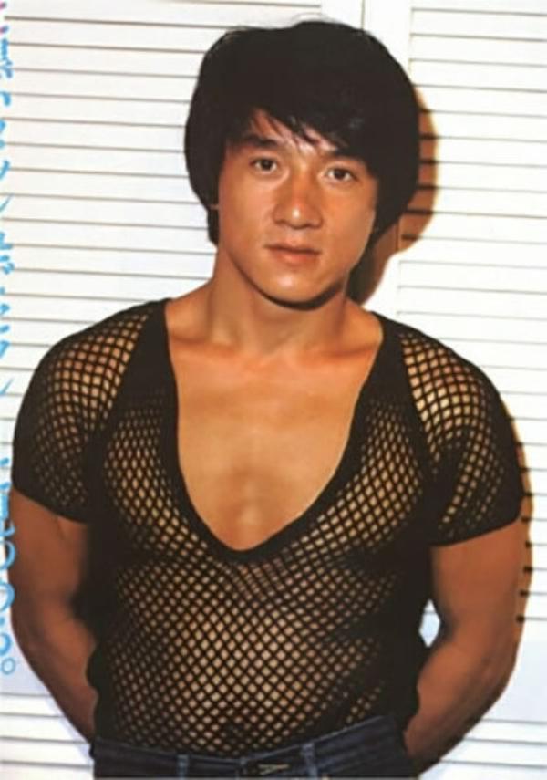 スケスケ網タイツ服を着て乳首が見えてるJC(ジャッキー・チェン)