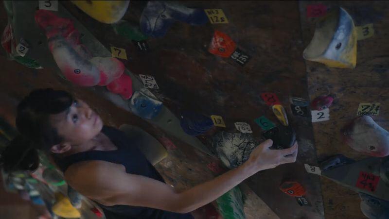 タンクトップのウェアを着てボルダリングをする伊藤ふたば(14歳)