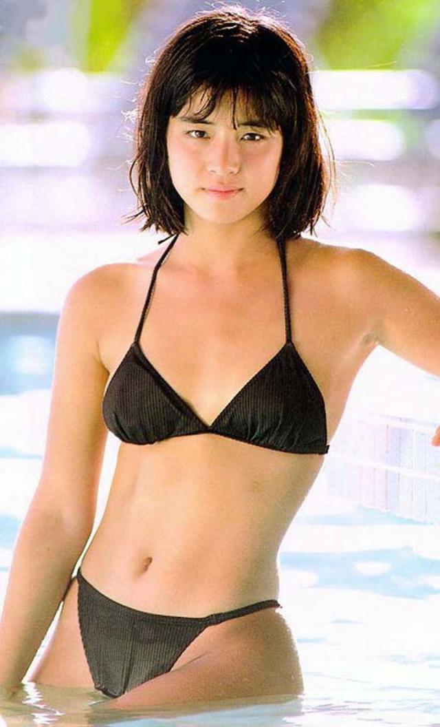 石田ゆり子の水着グラビア