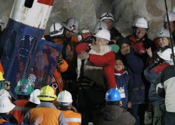 チリ北部の鉱山 救出