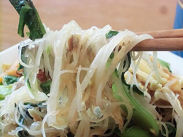 野菜でビーフンを食べる