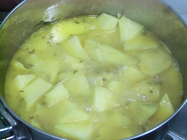 大振りのサツマイモを煮る