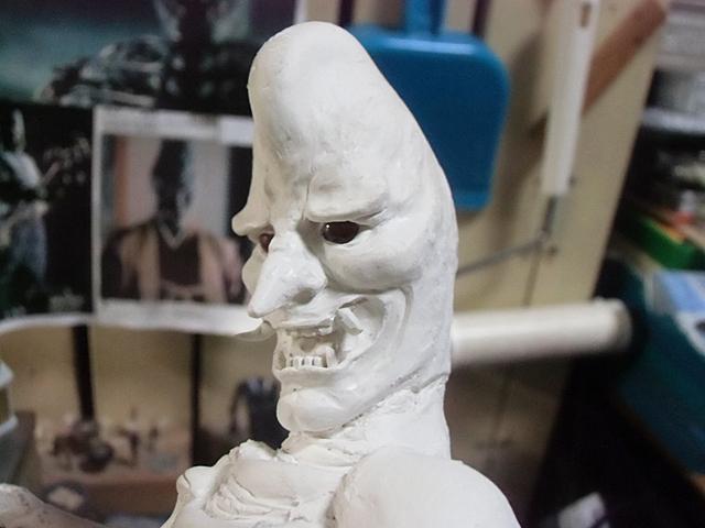 牙を研いで瞼を彫った