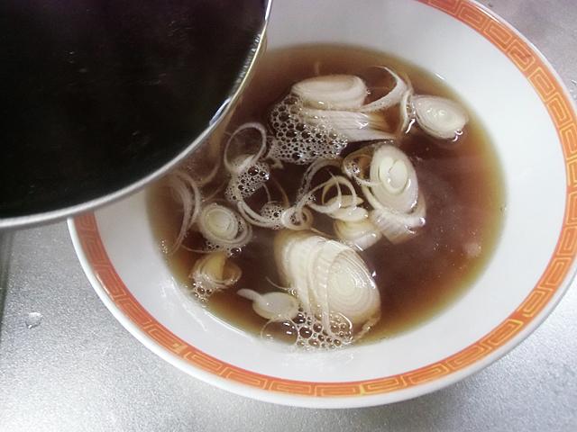スープをそそぐ