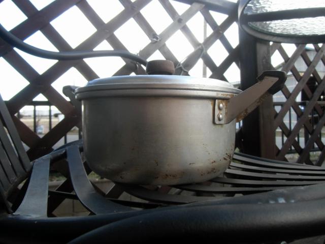 寒風にさらされる鍋